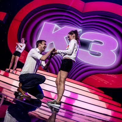 K3 speelt cupido voor Dance Captain Raya