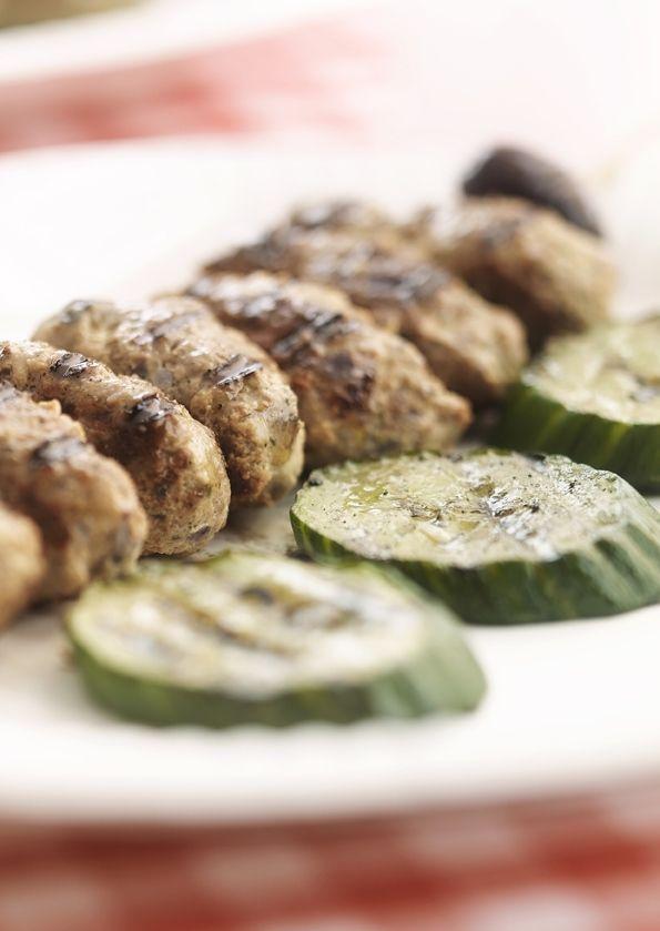 Kruidige lamsspiesjes met komkommer
