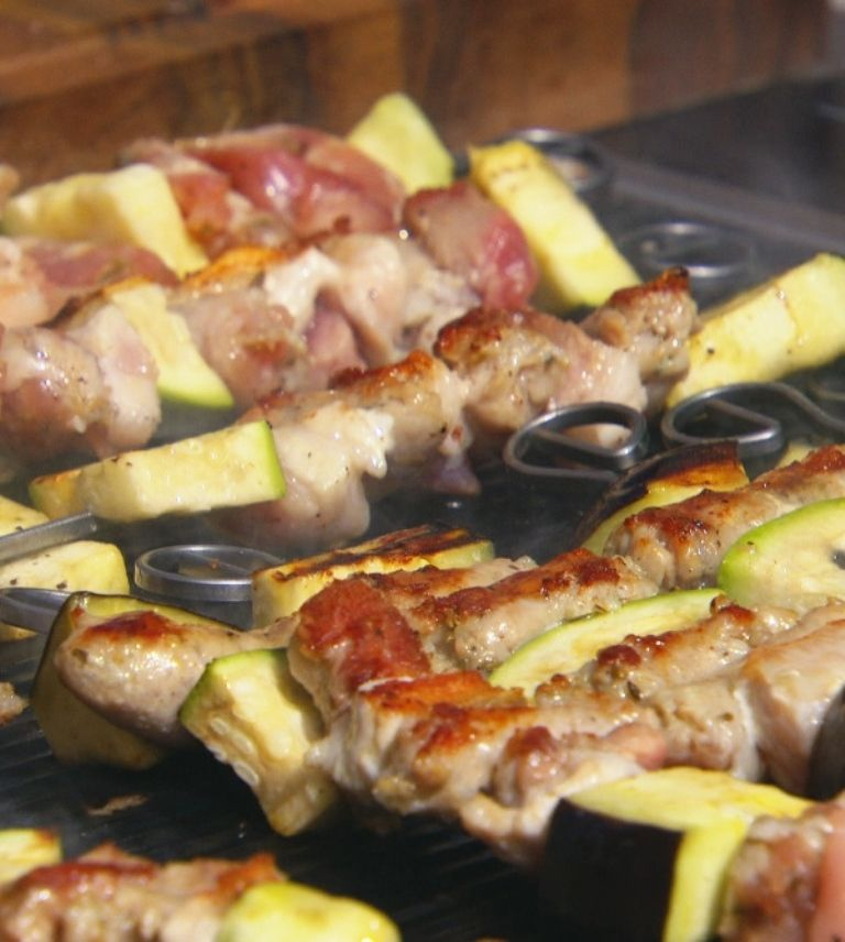 Gegrilde salsiccia met insalata siciliana en bruschetta