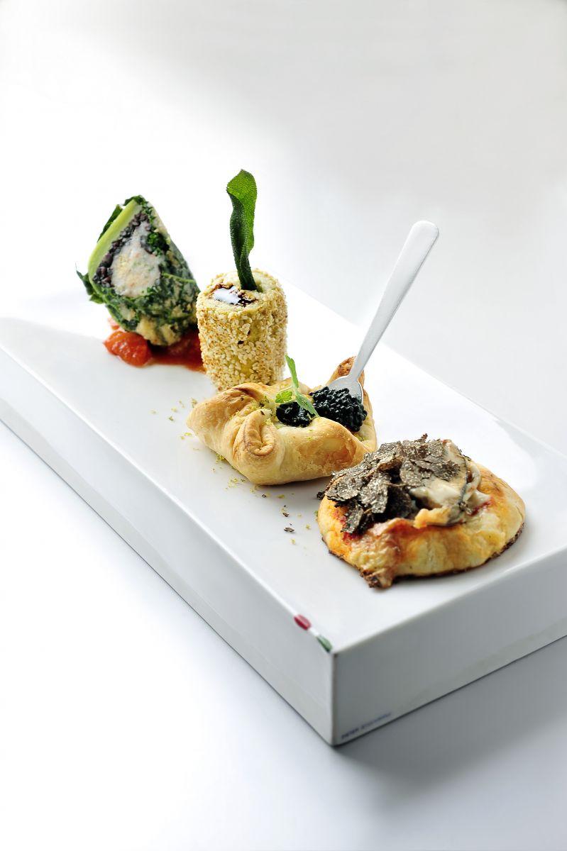 Bladerdeeghapjes met zeebaars en fijne groentjes