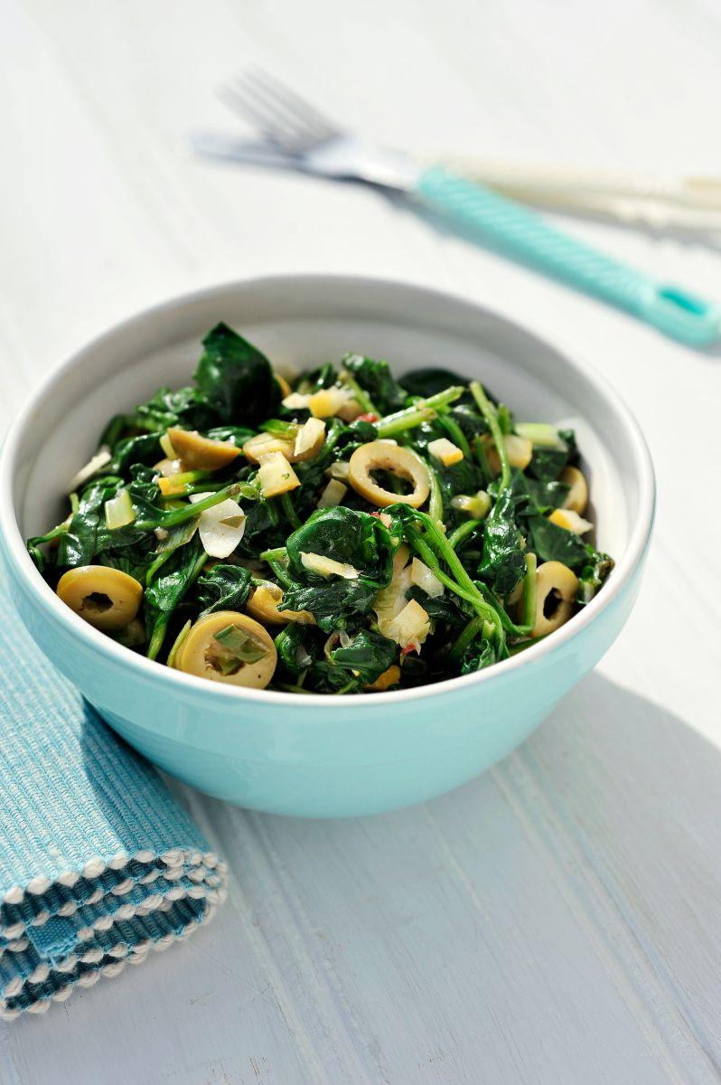 Spinazie- en olijvensalade