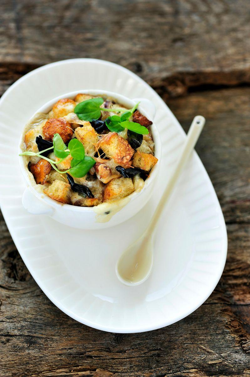 Hartige broodpudding met bospaddenstoelen