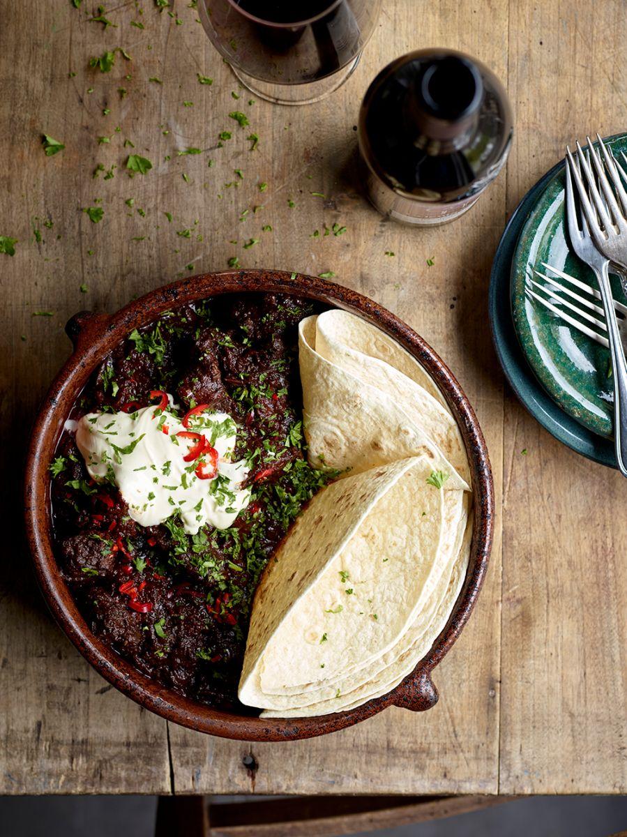 Kruidige rundstoverij met rode wijn, chili en zure room