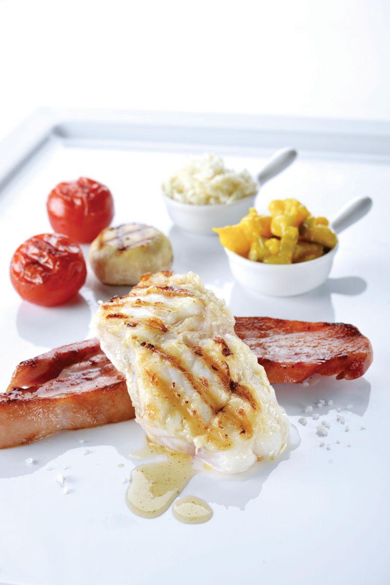 Geroosterde zeeduivel-chop met buikspek, mierikswortel en bloemkoolpickles