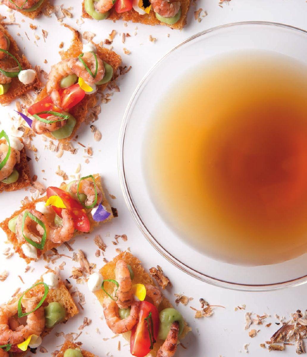 Bouillon van garnaal met toast en tomaat