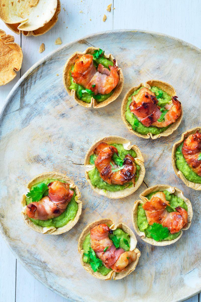 Tortillacups met scampi's, spek en guacamole