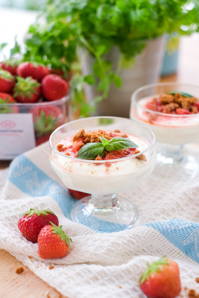 Cheesecakeglaasjes met aardbeien en speculoos