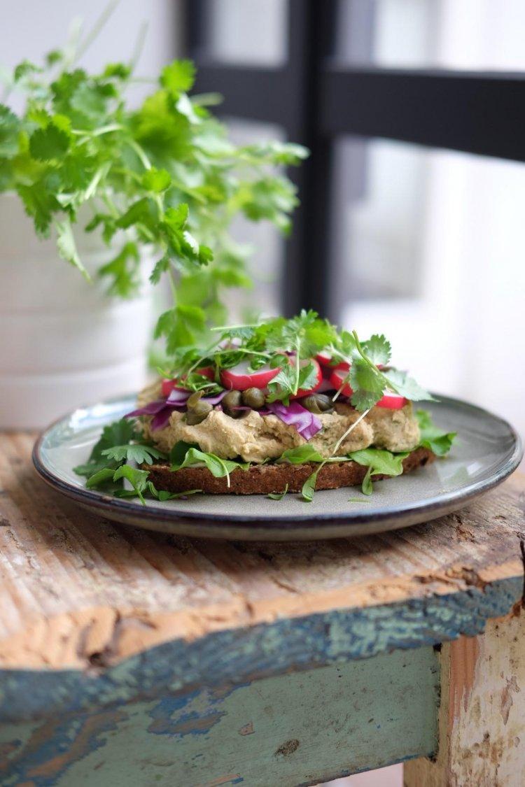 Toast met kikkererwtensalade en groentjes