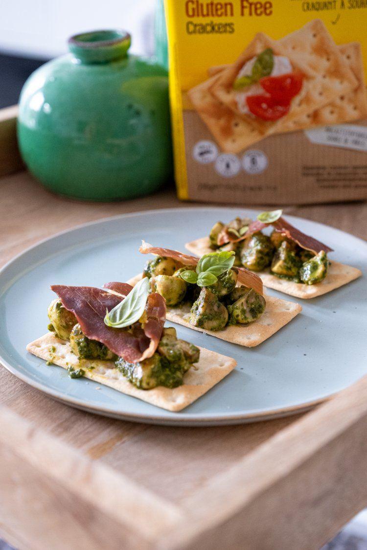 Glutenvrije crackers met champignons en pesto