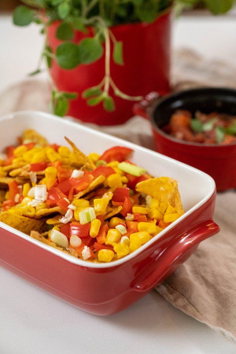 Mexicaanse nachoschotel met tomaat