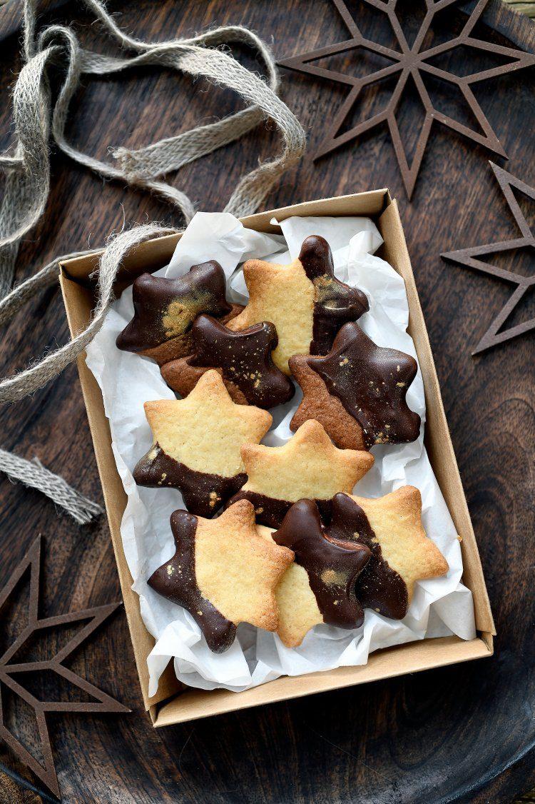Kerstkoekjes met chocolade en gouden glitters