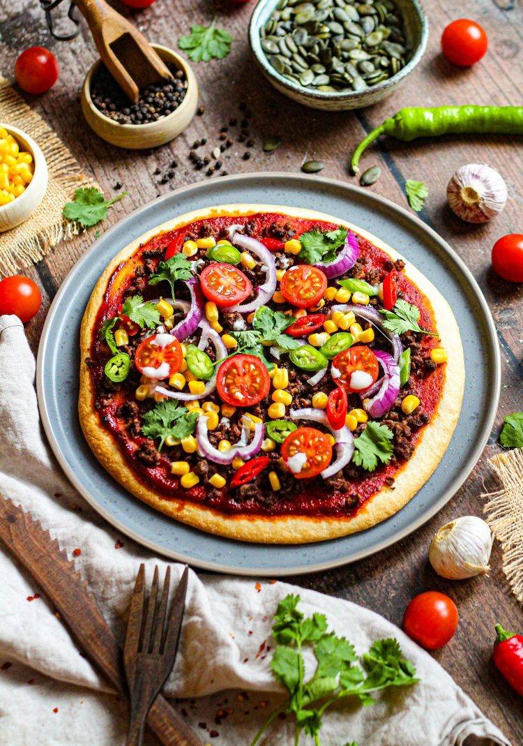 Mexicaanse pizza met vegan gehakt, maïs en kerstomaten