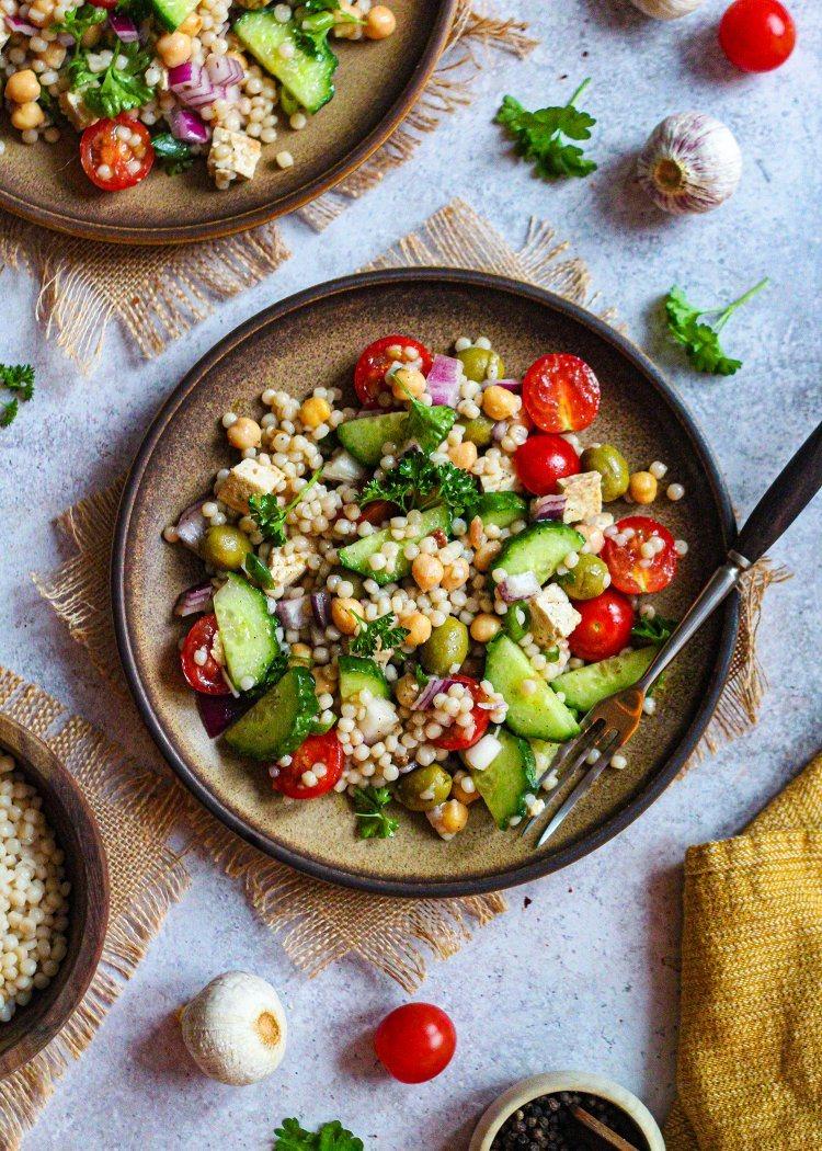 Griekse parelcouscous salade met vegan feta