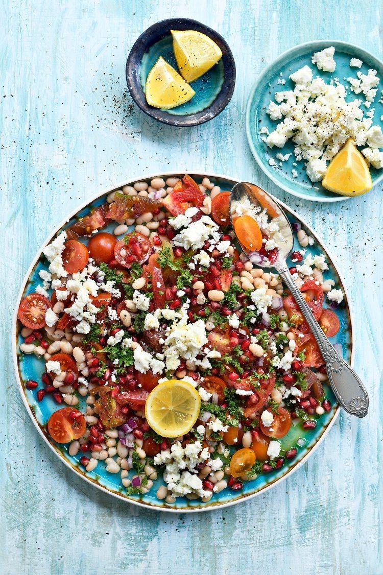 Salade van witte bonen, tomaten, granaatappel en feta