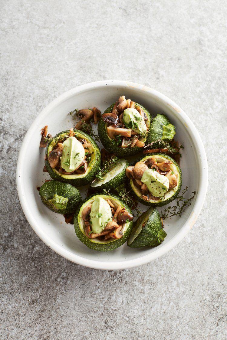 Gevulde courgette met champignons en avocadocrème