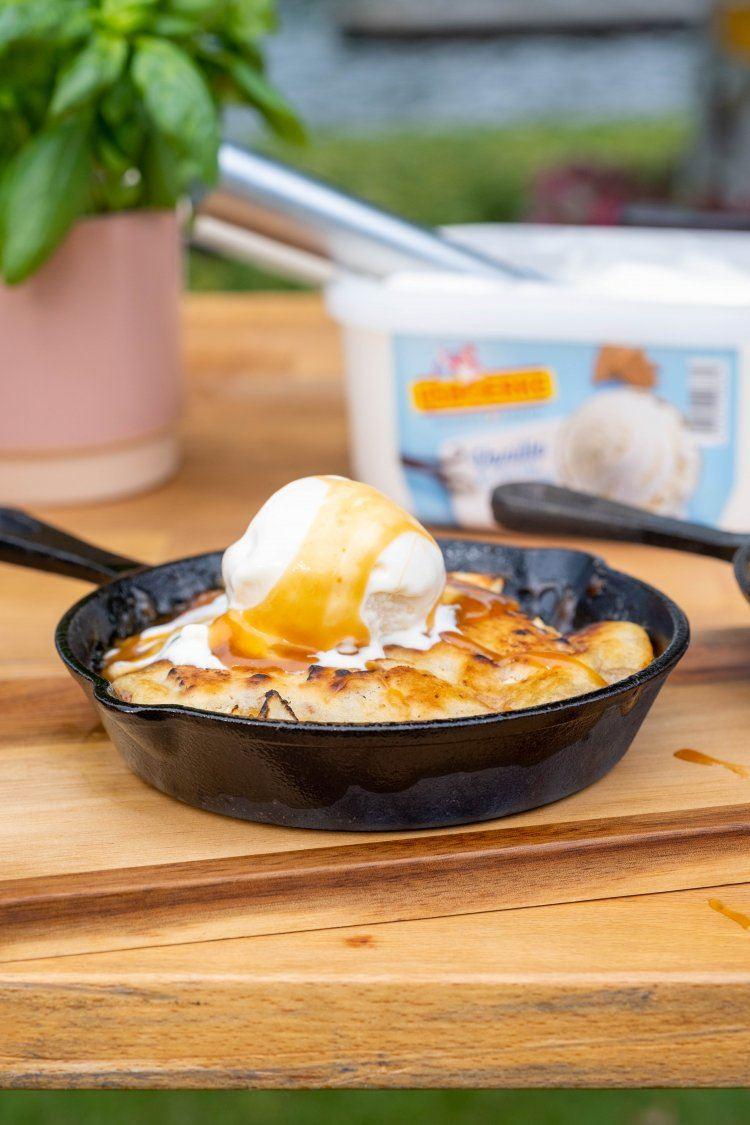 Apple cobbler met karamel en vanille-ijs