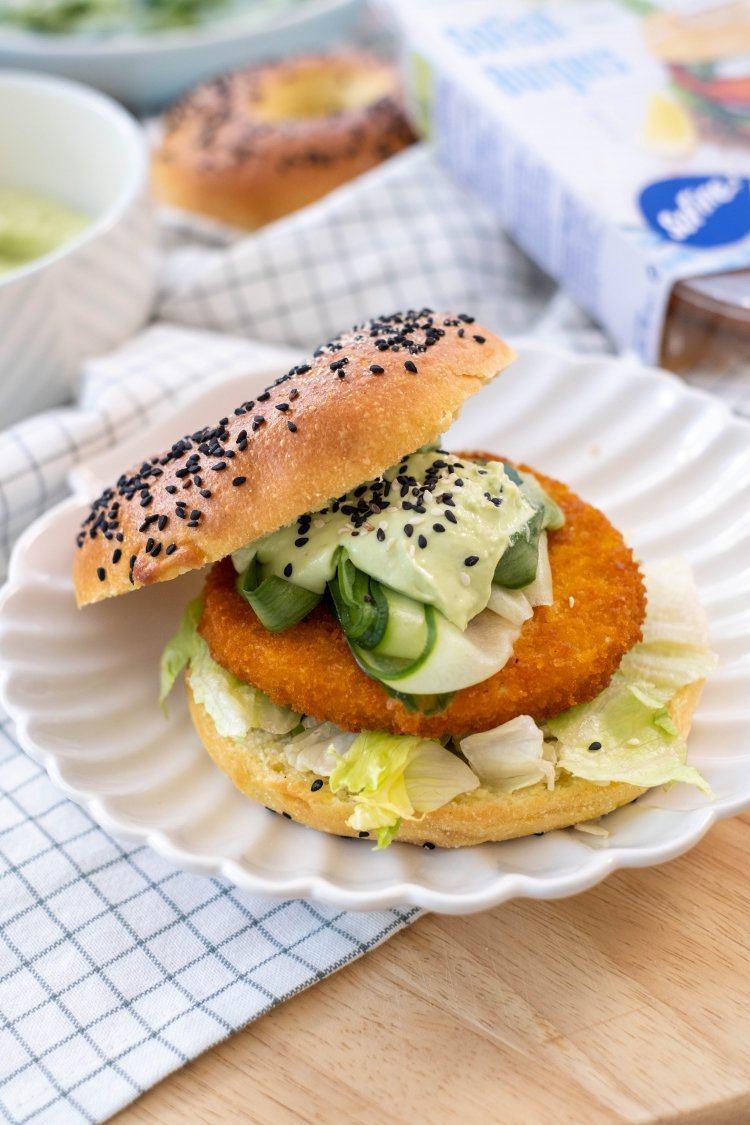 Bagel met SoFish burger, zoetzure komkommer en avocadodressing