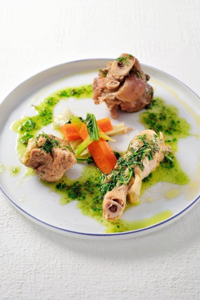 Gekookt vlees met salsa verde