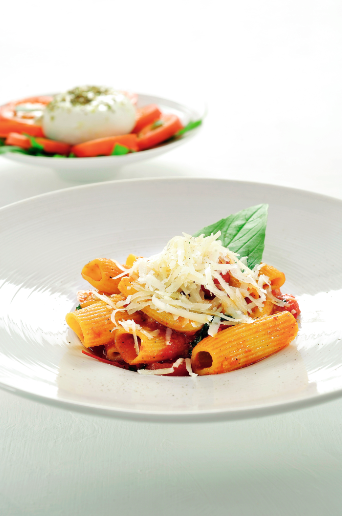Paccheri met tomatensaus en mozzarellaslaatje