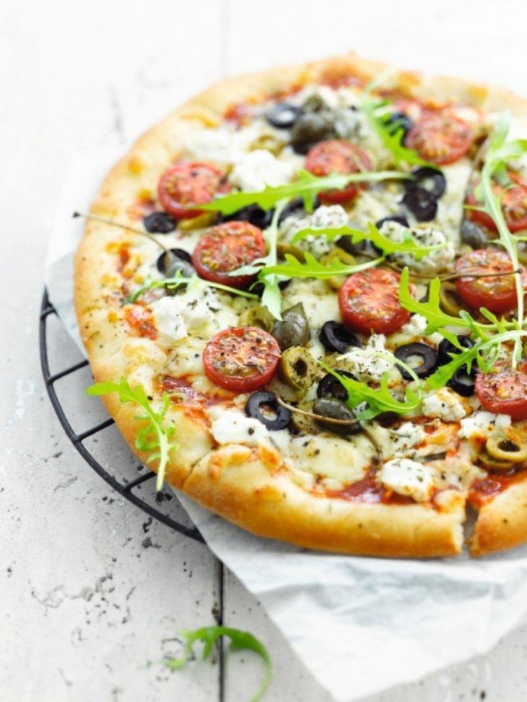 Pizza met olijven, raketsla & kappertjes