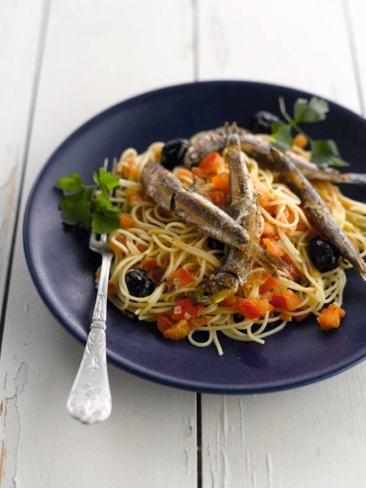 Cappellini met ansjovis, olijven en tomaten