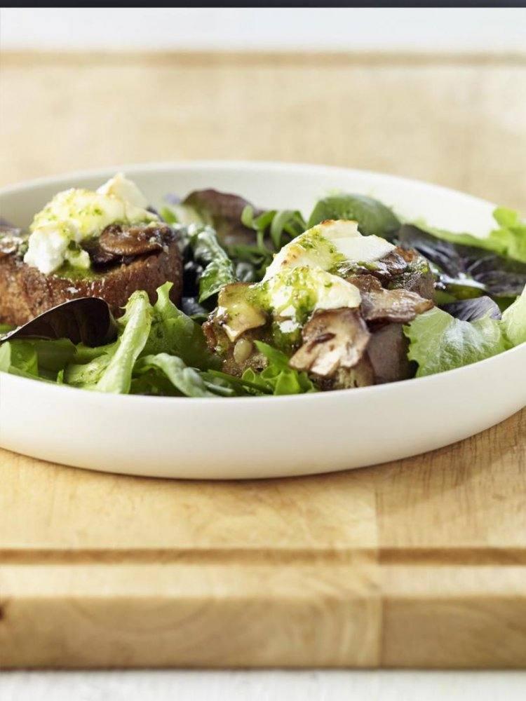 Salade geitenkaas met gemarineerde champignons en pesto