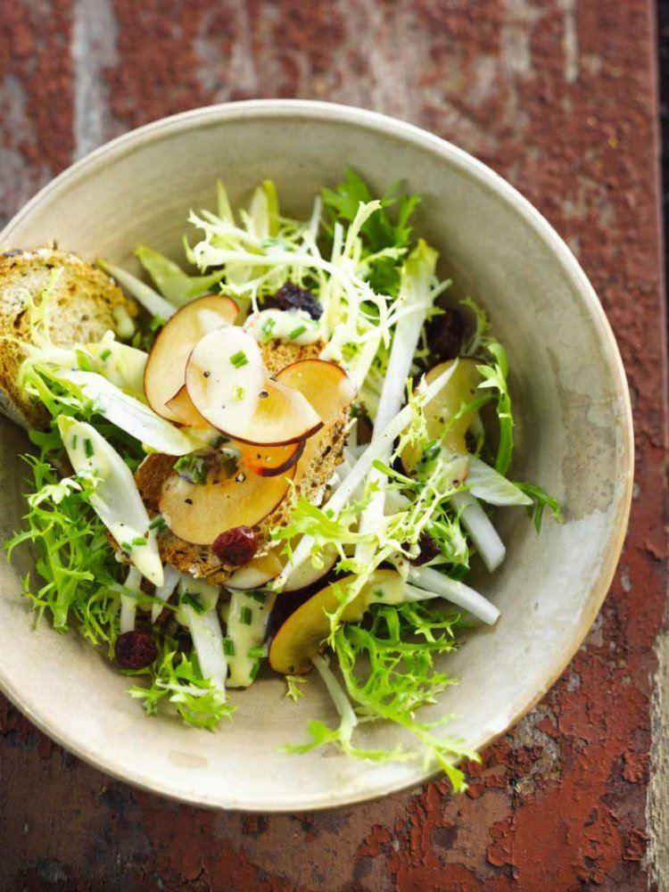 Salade met blauwe pruimen en geitenkaasdressing