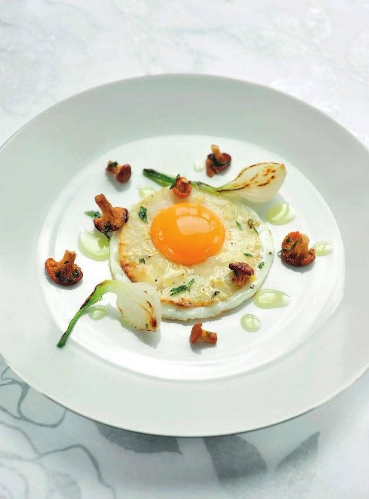 Hoeve-ei met gebakken knolselder en hanenkampaddenstoelen