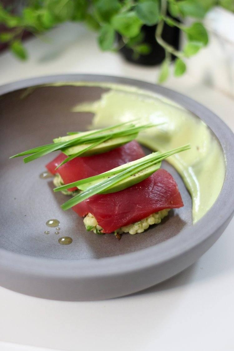 Fregola met avocado en tonijn