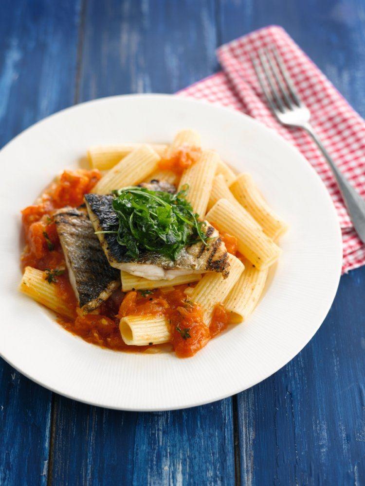Rigatoni met geroosterde zeebaars en tomatencompote