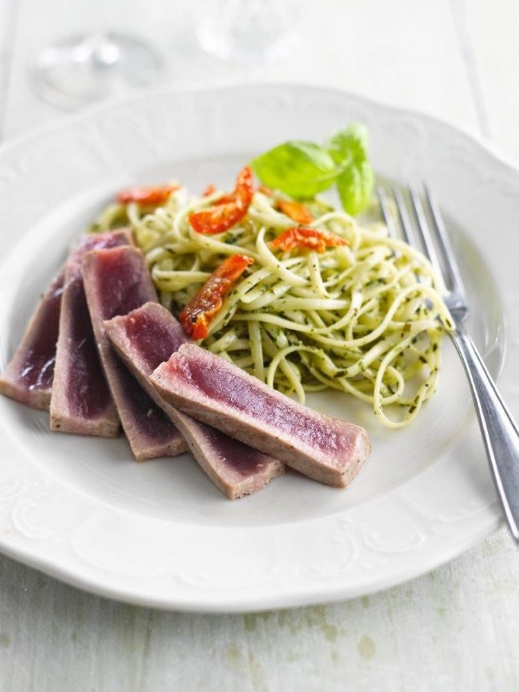 Linguine met pesto en kortgeroosterde tonijn