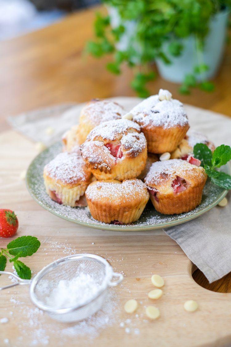 Muffins met aardbeien en witte chocolade