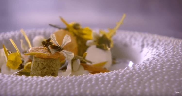 Parmezaanse kaas met een cake van groene kruiden