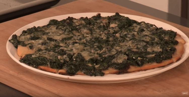 Pizza met spinazie en blauwe kaas